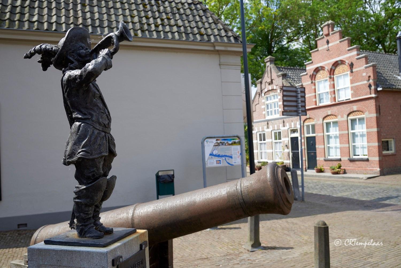 Jan Claesen de trompetter; op de achtergrond een huis met een Dordtse gevel